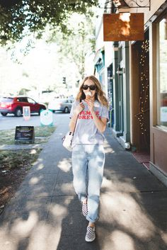 Topshop Femme Forever Top Teamed With Light Wash Mom Jeans And Vans Checkered Classic Sneakers Plus Black Frame Sunglasses Outfits Con Vans, Basic Outfits, Girl Outfits, Fashion Outfits, Teen Fashion, Spring Fashion, Cute Summer Outfits, Cute Casual Outfits, Checkered Vans Outfit