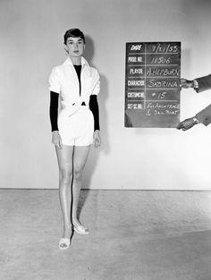 En una prueba de vestuario para 'Sabrina', en 1953 | Galería de fotos 7 de 9 | Vanity Fair