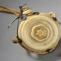 Pulvérin à poudre, rond, en ivoire tourné, bec verseur en laiton doré,