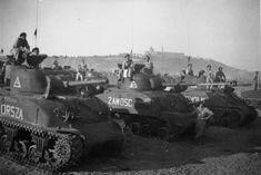 Przegląd 2 Warszawskiej Dywizji Pancernej. Czołgi Sherman nazwane na pamiątkę zwycięskich bitew polskiego oręża. Loreto we Włoszech. 7 czerwca 1945 r.