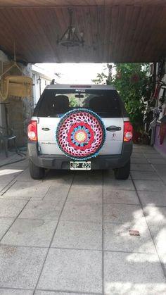 Mandala al crochet en totora para rueda de auxilio.