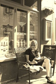 Cafe Girl.  Québec, Canada.  [Photo © Wendy L Tenn]
