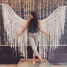 Macrame angel 👼 is taking us to a whole new level! Macrame Wall Hanging Patterns, Macrame Patterns, Macrame Bag, Macrame Knots, Schönheitssalon Design, Micro Macramé, Macrame Design, Macrame Projects, Macrame Tutorial