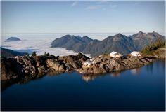 RESORT NO CANADÁ - CLAYOQUOT WILDERNESS RESORT  À procura de um refúgio único luxuoso e aventureiro? Experimente o Clayoquot Wilderness Resort, passar uma noite no topo de uma montanha observando o pôr do sol, em seguida, acampar em uma barraca de luxo.