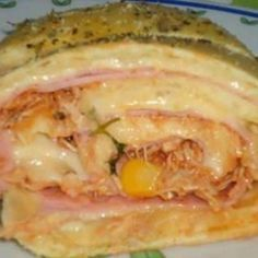 Receita de Rocambole Salgado Rápido - 1 massa pronta para pastel, 1 bandeja de queijo prato, 1 bandeja de presunto, 1 tomate sem semente, 1/2 lata de milho...