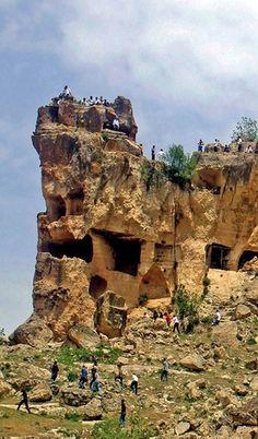 Hasuni mağaraları/Silvan/Diyarbakır///  Silvan'ın 7 km. doğusunda ve tarihi Malabadi Köprüsü ile Hasankeyf yol güzergâhında yer almaktadır. Mezolitik dönemde yerleşim olarak kullanılan Hasuni Mağaraları Anadolu'nun en eski mağara yerleşim yerlerinden biridir. Vacation Places, Vacation Destinations, Heat Damage, Istanbul Turkey, Geology, Archaeology, Mount Rushmore, Natural, Mountains