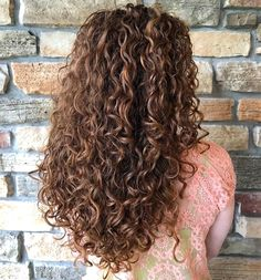 60 Styles and Cuts for Naturally Curly Hair - Long Curly Brown Hairstyle with Highlights - 3a Curly Hair, Super Curly Hair, Curly Hair Styles, Brown Curly Hair, Colored Curly Hair, Haircuts For Curly Hair, Natural Hair Styles, Brown Curls, Curly Long Hair Cuts