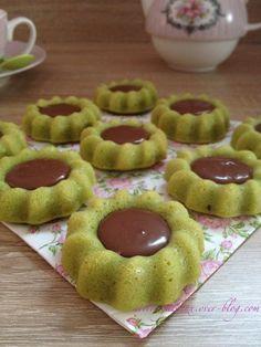 Comme promis, voici la recette de mes petits gâteaux de l'Aïd, que j'ai refais cette fois ci dans l'empreinte mini saint-honoré, (une nouveautée dans le catalogue).Et que j'aime beaucoup, je peux vous dire qu'elle m'inspire énormement … C'est une recette... Other Recipes, Sweet Recipes, Mini Desserts, Dessert Recipes, Tunisian Food, Biscuit Cookies, Small Cake, Pastry Cake, Cupcakes