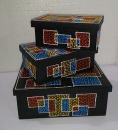 Trio de caixas com pontilhado.