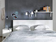 En vilsamt sovrum i lugna färger, en stor säng som man sover gott i och en gavel som är vinklad gör att du sover gott om nätterna men också sitter skönt när du läser och har härliga lata dagar i sängen.