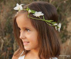 Corona flores de papel blancas