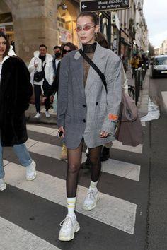 Diesen Retro-Look von Bella Hadid müssen wir uns sofort klauen! We have to steal this retro look from Bella Hadid immediately ! Style Bella Hadid, Bella Hadid Outfits, Looks Street Style, Looks Style, My Style, Style Retro, Retro Look, Womens Fashion Online, Latest Fashion For Women