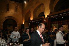 Llega Katamania.com la apuesta de un joven emprendedor que a través de un juego innovador quiere enseñar a elegir el vino. El emprendedor, quién aún no ha cumplido los 30 años, apuesta por un juego que consiste en abrir una botella, servir la copa y responder a un cuestionario.  http://www.vinetur.com/2012121010771/un-joven-emprendedor-pone-en-marcha-katamaniacom-un-juego-innovador-para-aprender-a-elegir-el-vino.html