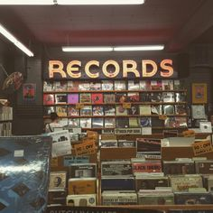 I love record stores, I need some zeppelin albums - retro - Fotoshooting Music Aesthetic, Aesthetic Vintage, Aesthetic Photo, Aesthetic Pictures, Aesthetic Stores, Brown Aesthetic, Vintage Vibes, Retro Vintage, Vintage Music