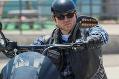 Jax is forced to make life and death decisions that will forever impact the future of the club in this week's episode of Sons of Anarchy. Sons Of Anarchy Motorcycles, Charlie Hunnam Soa, Jax Teller, Episode 3, Fangirl, Tv Shows, Seasons, Boys, Spin
