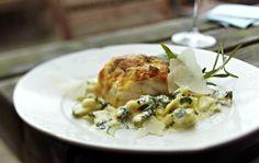 Kabeljau unter der Mozzarellakruste mit Ravioli und Spinat