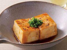 パン・ウェイさんの木綿豆腐を使った「豆腐のオイスターソース煮」のレシピページです。オイスターソースで煮るだけで、驚くほど深い味わいに仕上がります。豆腐にコクとうまみをじんわりしみ込ませて。 材料: 木綿豆腐、A、酒溶きかたくり粉、細ねぎ、黒こしょう