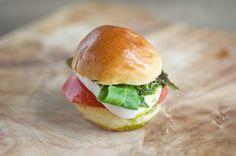 Mozzarella Tomato Basil Tomato Basil, Mozzarella, Hamburger, Vegetarian, Healthy Recipes, Diet, Foods, Fresh, Ethnic Recipes