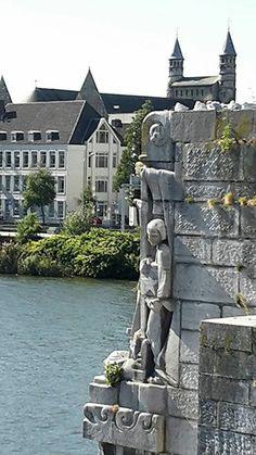 Maastricht, de Oude Brug over de Maas met op de achtergrond de twee torentjes van de OLV basiliek.