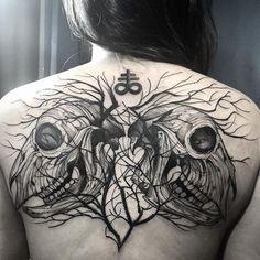 blackwork_style_large_upper_back_tattoo_of.jpg (640×640)