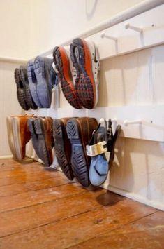 74 wahnsinnig clevere DIY-Ideen, von denen alle Eltern gern früher gehört hätten Okay, they will still lose their shoes – but maybe not so often. At Rose Tinted Home, you'll learn how to do it. Entryway Shoe Storage, Boot Storage, Garage Storage, Craft Storage, Storage Spaces, Storage Ideas, Entryway Ideas, Shoe Storage Utility Room, Front Door Shoe Storage