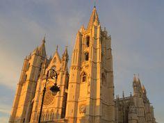 León es una ciudad española donde se pueden visitar muchos edificios históricos como su impresionante catedral. Gaudi, Centenario, Mosque, Notre Dame, Temple, Cathedral, Building, Travel, Magazine