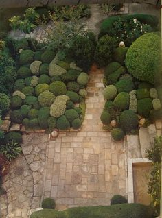 pebbly bushes and flagstone patios. Nicole De Vesian landscape architecture via somewhereiwouldliketolive Formal Gardens, Small Gardens, Outdoor Gardens, Topiary Garden, Garden Art, Garden Planters, Boxwood Garden, Amazing Gardens, Beautiful Gardens