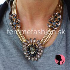 http://femmefashion.sk/nahrdelniky/1105-nahrdelnik-flora-zinnia.html  kovový náhrdelník zdobený troma kvetmi vykladanými kameňmi šedo čiernej farby.