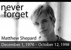 Matthew Wayne SHEPARD (1er décembre 1976 Casper (WY, USA)-12 octobre 1998 Ft. Collins (CO, USA), massacré et assassiné parce qu'homosexuel. Incinéré, ses cendres ont été remises à sa famille.