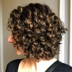 65 Different Versions of Curly Bob Hairstyle Medium Curly Brown Hairstyle With Highlights Short Curly Bob, Medium Curly, Medium Hair Styles, Curly Hair Cuts, Short Curly Hair, Curly Hair Styles, Bob Haircut Curly, Curly Girl, Blonde Balayage Bob