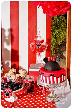 Minnie Mouse Party- cute idea Can change to Mickey Minnie Mouse Theme Party, Red Minnie Mouse, Minnie Birthday, Mickey Party, Mouse Parties, 3rd Birthday Parties, Minnie Cake, Birthday Ideas, Disney
