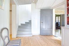 Genomgångshall med uppgång till övervåningen, praktiskt förråd under trappen och…