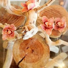 Natural #tabledecoration with wood stumps and #orchids | #lasvegas #flowers #decorations