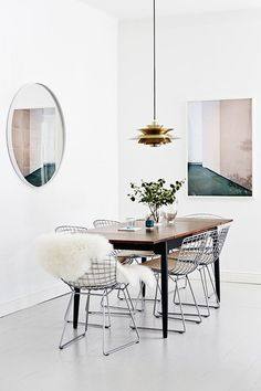 Modern dining room with Bertoia chairs - I love this furniture. Interior Design Blogs, Home Interior, Interior Livingroom, Interior Photo, Interior Modern, Kitchen Interior, Dining Room Design, Dining Area, Dining Chairs