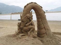 Sand dragon amazing art which is mind blowing and this sand art will amaze you to blow your mind and you say what an amazing sand art sculpture. Snow Sculptures, Art Sculpture, Snow Art, Land Art, Beach Art, Sand Beach, Akita, Oeuvre D'art, Les Oeuvres