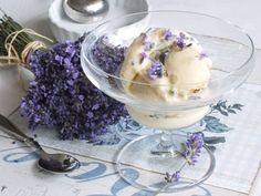 """Vyrobte si domácí levandulovou zmrzlinu! Levandulových kvítků je k tomu třeba jen troška, takže zbytek si klidně usušte. Do zmrzliny a do cukroví se totiž dávají květy i sušené.Samozřejmě při servírování nechyběla sklenice """"zmrzlinka"""", kterou najdete na našem e-shopu."""