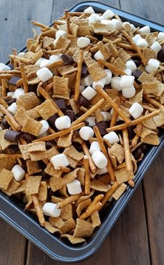 Smores Snack Mix – Three Kids and a Fish Quick Smores Snack Mix. I think this would be even better after 5 minutes in the oven to let everything melt a bit. What a yummy, easy snack or delicious summer dessert for kids. Snack Mix Recipes, Yummy Snacks, Gourmet Recipes, Yummy Treats, Delicious Desserts, Dessert Recipes, Easy Picnic Desserts, Healthy Recipes, Cake Recipes