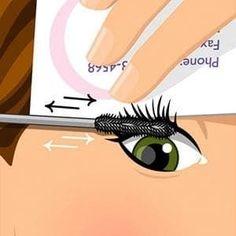 Sostén una antigua tarjeta de crédito o una tarjeta de negocios encima de la parte superior de tus pestañas y mueve el cepillo de atrás hacia adelante desde las raíces.También puedes usar este truco debajo de los ojos para evitar mancharte con cualquier residuo de sombras de ojos.