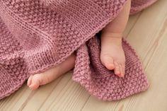 Et nemt strikket babytæppe er et af mine yndlingsprojekter. Sådan et der er på en rimelig stor pind, i lækkert garn og med et mønster hvor man efter nogle pinde kan slå hjernen fra. Så det nemt kan…