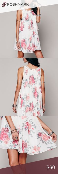 Free People] Floral Pleaded Tented Dress Size 4/S Pre-Owned Excellent Condition Free People🌷 Floral printed pleated tent dress🌷Size 4/S in a sheer chiffon; sleeveless, with lace insets and trim and flirty side ties🌷 Lined🌷 Free People Dresses Midi