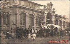 Hay muchas fotos de la plaza. Pero ninguna como esta. Aparece fechada en 1907 y muestra lo que parece ser la calle de los oficios, o los oficios de la calle. Veo un paraguero, dos afiladores y varios artesanos más. Lamento no saber quien fue el fotografo. Feliz domingo y a dar una vuelta por la plaza.