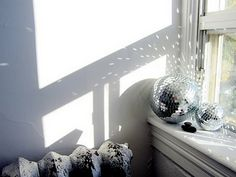 DIY Home Decor - Easy step by step decor styling tactic and examples. For more notable quirky home decor ideas creative colour ideas jump to the link to study the plan now Diy Home Decor Easy, Quirky Home Decor, Condo Living, Apartment Living, Living Room, Diy Casa, Mirror Ball, Disco Lights, Guest Room Office