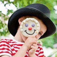 biscuit sablé en forme de tête de clown : pop corn pour les cheveux une réglisse pour la bouche et bonbons pour le nez et les yeux