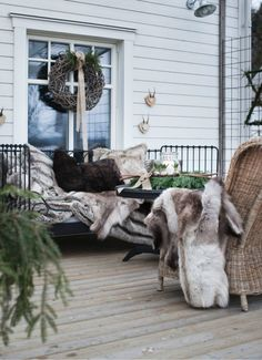 50 Dreamy Winter Balcony Design Ideas That You Need To Try - The balcony is an extension of the home, and it is an area where many people relax and read a good book, enjoy beverages, and enjoy the great outdoors. Balcony Design, Patio Design, Winter Balcony, Outdoor Spaces, Outdoor Living, Winter Parties, Wicker Chairs, Rustic Outdoor, Outdoor Seating
