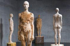 Eindrucksvolle Holzskulpturen von Aron Demetz