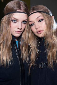 Roos Abels et Gigi Hadid les coulisses de l'automne-hiver 2016 Défilé Versace pendant la Fashion Week de Milan portant des coiffures ondulées