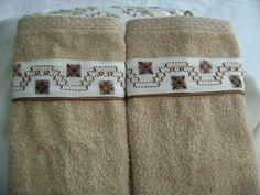 Las cenefas en bordado yugoslavo igualmente lucen lindas en juegos de toallas de mano, acá un ejemplo en tonos café claro