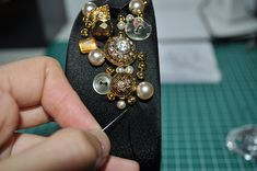 How to... Dolce & Gabbana jeweled headband/crown very easy DIY tutorial at www.somethingfashion.es