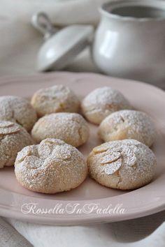 Sospiri delle monache, deliziosa pasta di mandorlaper circa 15 biscotti: 150 g di farina di mandorle 140 g di zucchero 1 albume scorza di limone grattugiata ½ fialetta aroma di mandorle ½ cucchiaino di fior d'arancio (in alternativa, mettete un pò più di aroma di mandorle) mandorle a lamelle zucchero a velo