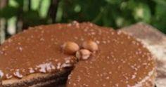 Η πιο εύκολη Τούρτα Ferrero Rocher. Κάντε τους όλους να παραμιλάνε με αυτήν την επαγγελματική συνταγή ζαχαροπλαστείου. Η συνταγή για το ... Ferrero Rocher, Hamburger, Muffin, Food And Drink, Bread, Breakfast, Cake, Recipes, Masks